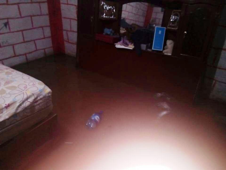Lluvia atípica inunda casas en La Uno